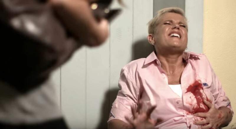 Xuxa é baleada e fã aproveita para fazer uma selfie, assista — Vídeo