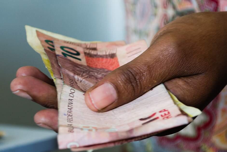 Metade dos brasileiros sobrevive com menos de R$ 15 por dia, aponta IBGE