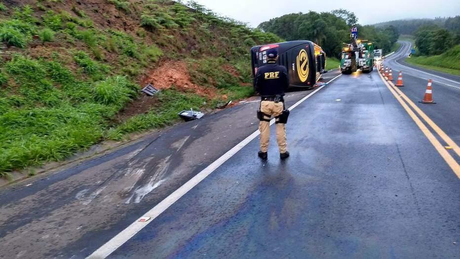 Acidente entre ônibus e carro deixa mortos e feridos na BR-277