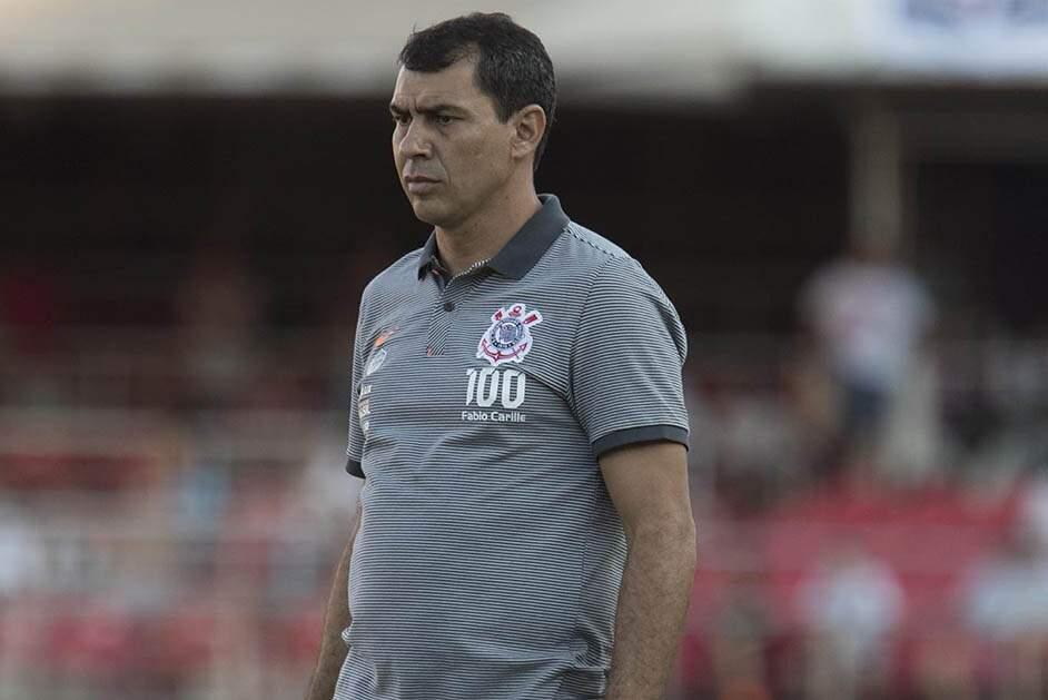 Técnico muda postura e mostra face irritada no Corinthians — Carille on fire