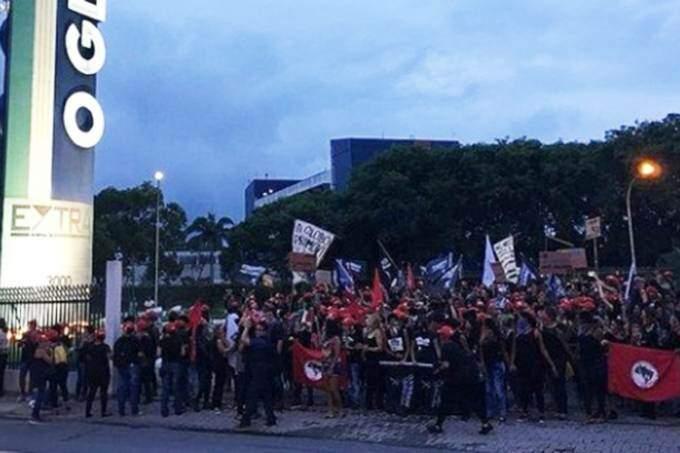 Resultado de imagem para MST invade parque gráfico do jornal 'O Globo', na Baixada Fluminense
