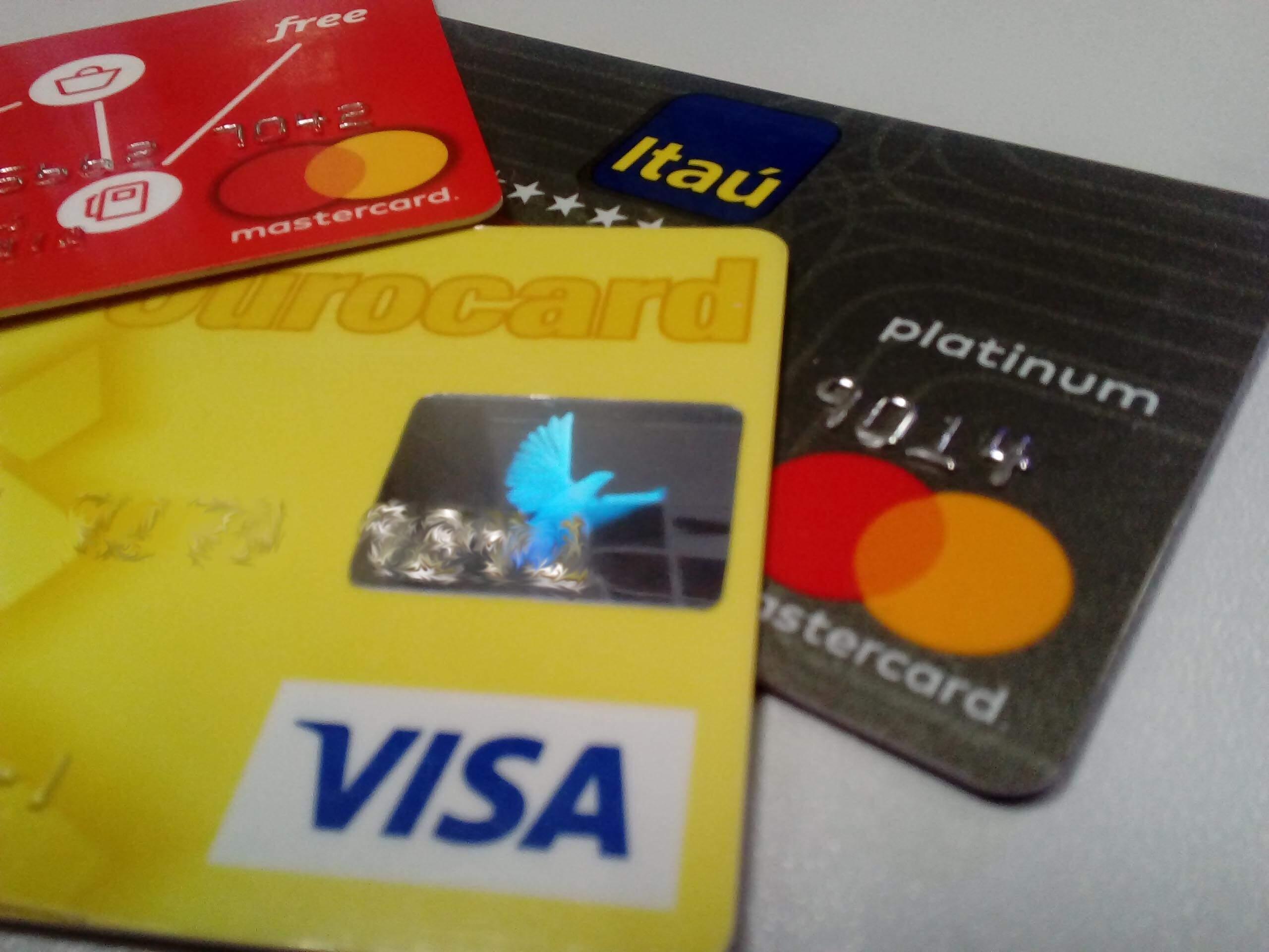 Motoboy perde R$ 3,9 mil após ter cartão trocado em autoatendimento