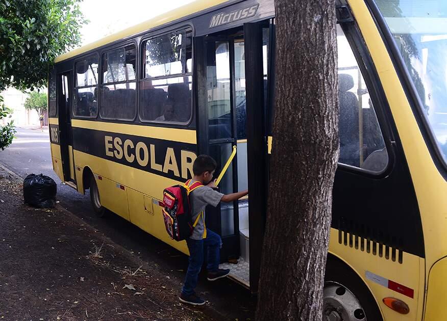 Prefeitura altera, de novo, edital do transporte escolar e adia abertura