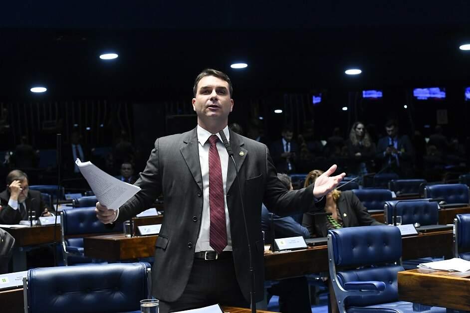 Em nota, Flavio Bolsonaro se diz 'vítima de grupo político' e nega acusações