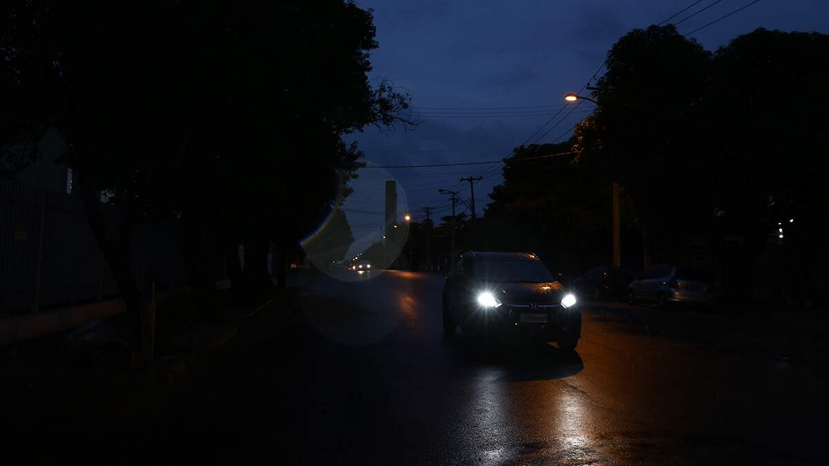 Má iluminação gera queixas em avenida no Distrito Industrial I