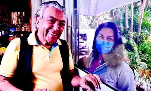 Respeitando a quarentena, Mauricio de Sousa vê filhas pelo vidro de casa