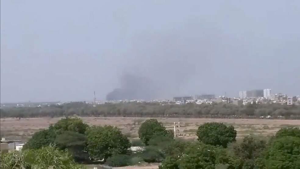 Avião com ao menos 99 pessoas cai em área residencial do Paquistão