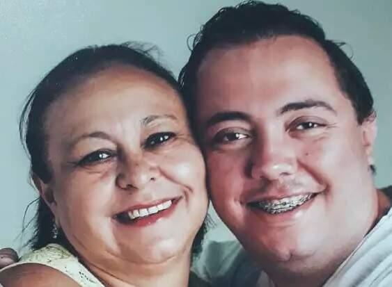 'Não tinha um filho, tinha um pai', diz mãe de Renan, enfermeiro morto pela Covid-19