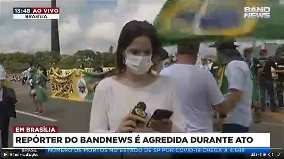 Manifestante bate com mastro de bandeira na cabeça de jornalista em Brasília