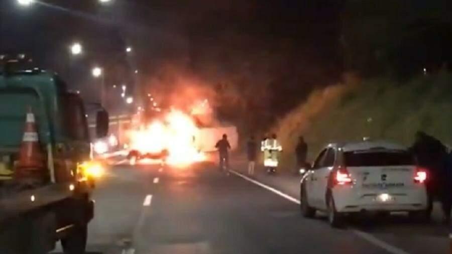 Quadrilha incendeia carros e explode agência bancária em Bragança Paulista