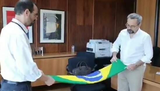 Weintraub posta vídeo dobrando bandeira e diz que foi último ato no MEC