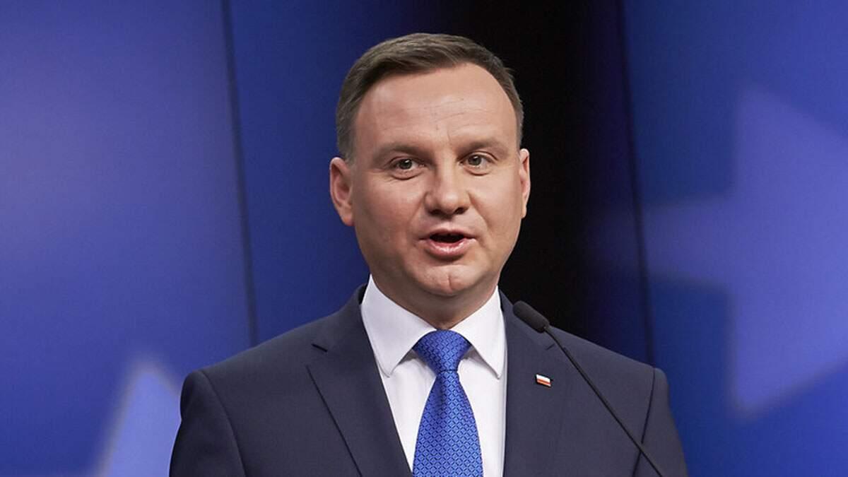 Com resultado apertado, presidente populista é reeleito na Polônia