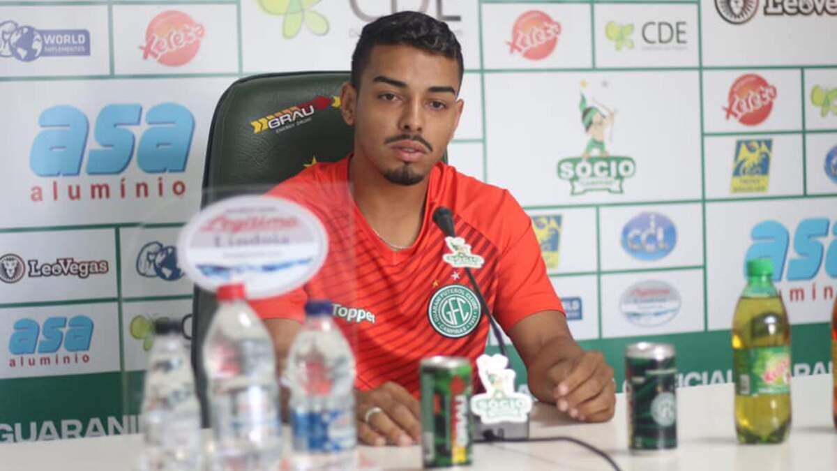Na mira do Santos, lateral Bidu renova contrato com o Guarani