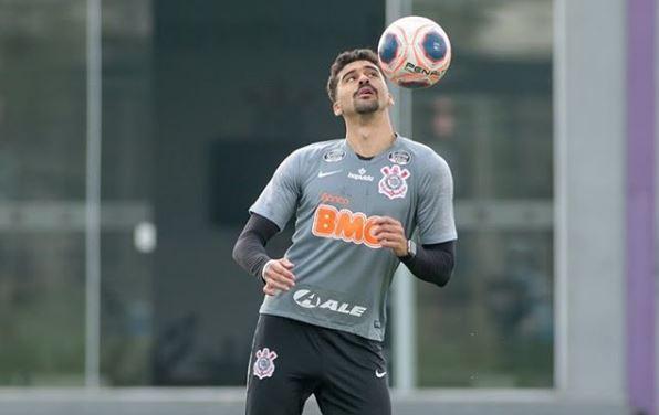 Corinthians tem volta de Léo Santos em treino com elenco dividido por setores