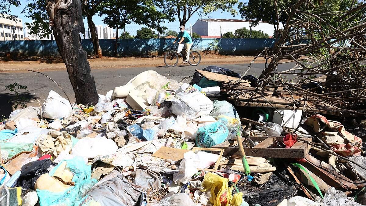 Acúmulo de lixo gera reclamações no Nova Americana