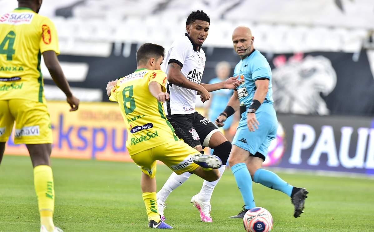 Corinthians supera retranca do Mirassol após expulsão e está na final
