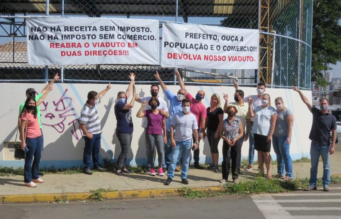 Comerciantes fazem protesto pela reabertura nos dois sentidos do Viaduto Amadeu Elias
