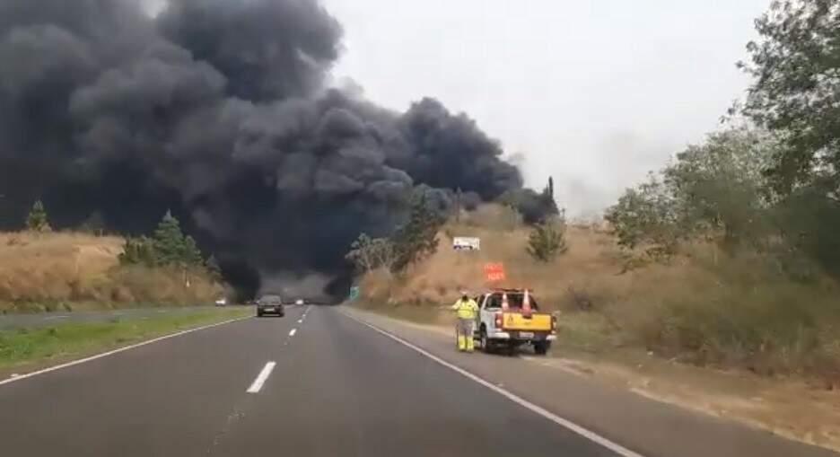 Incêndio atrapalha visibilidade na Rodovia Luiz de Queiroz