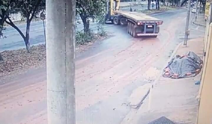 Caminhões realizam manobra proibida para acesso a SP-304