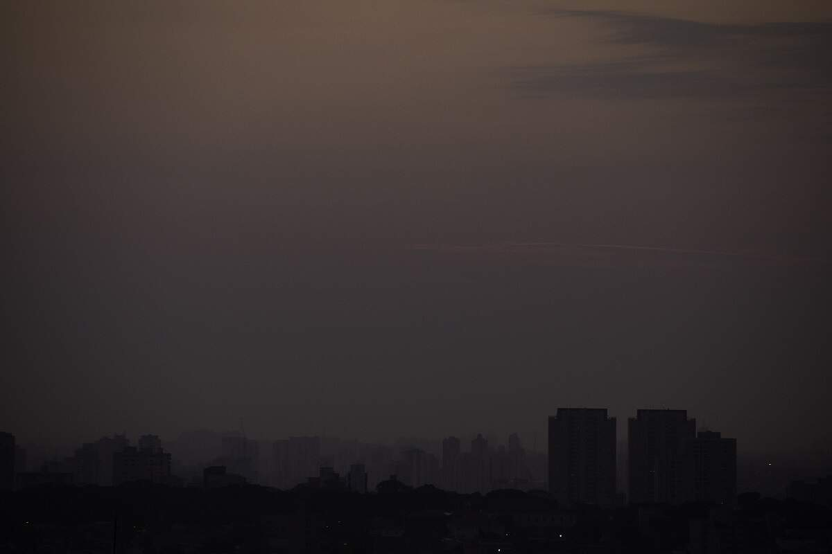 Fumaça das queimadas chega a SP e pode causar 'chuva negra'