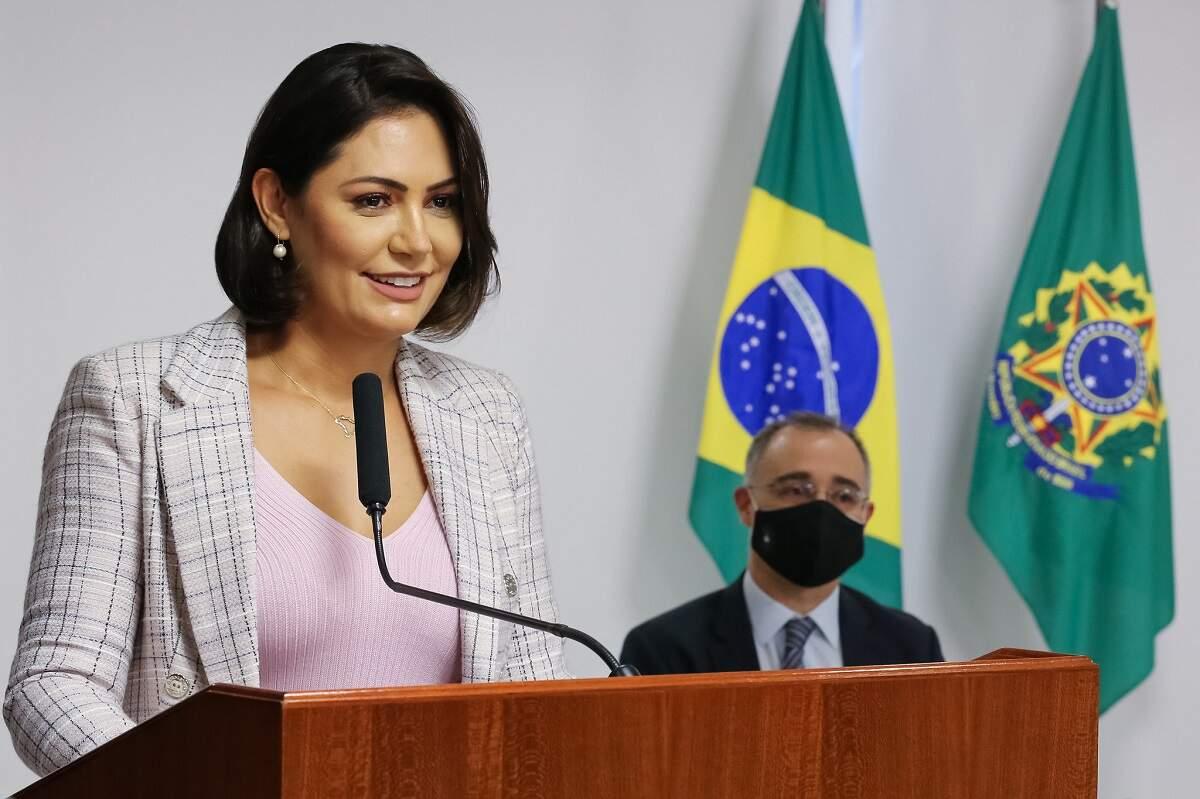 À Polícia, Michelle Bolsonaro se queixa de 'piadas infames em redes sociais'