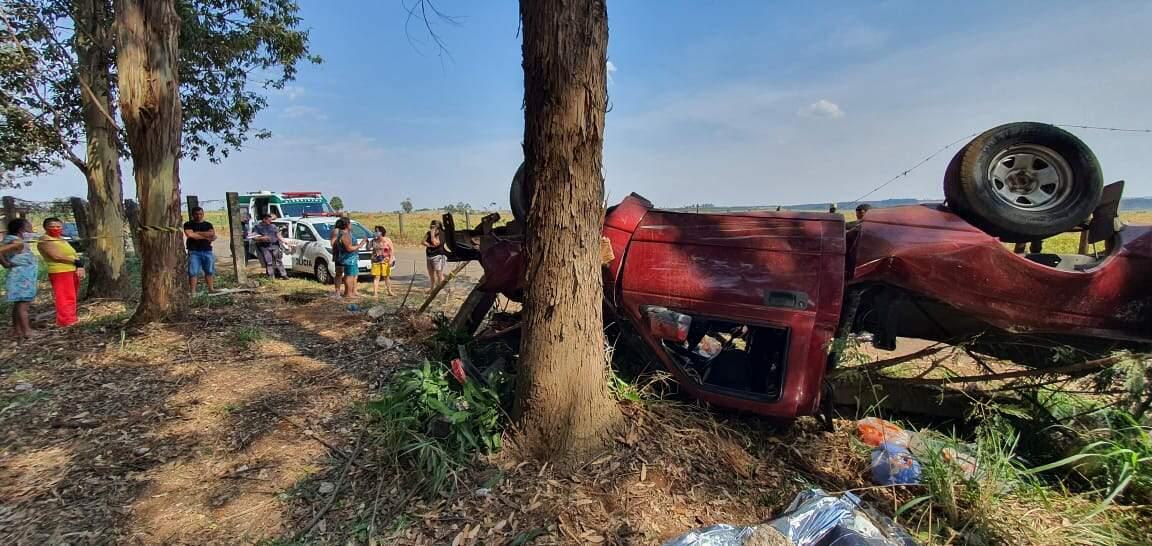 Homem morre após capotar caminhonete e colidir em árvore