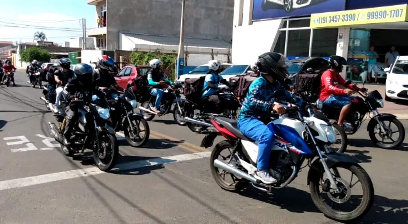 Homenagem a motoboy que morreu em acidente na Avenida São Paulo reúne dezenas de motociclistas