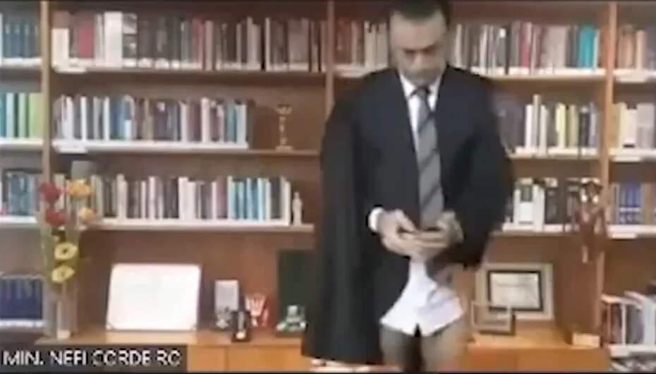 Ministro do STJ aparece de cueca em sessão virtual da corte
