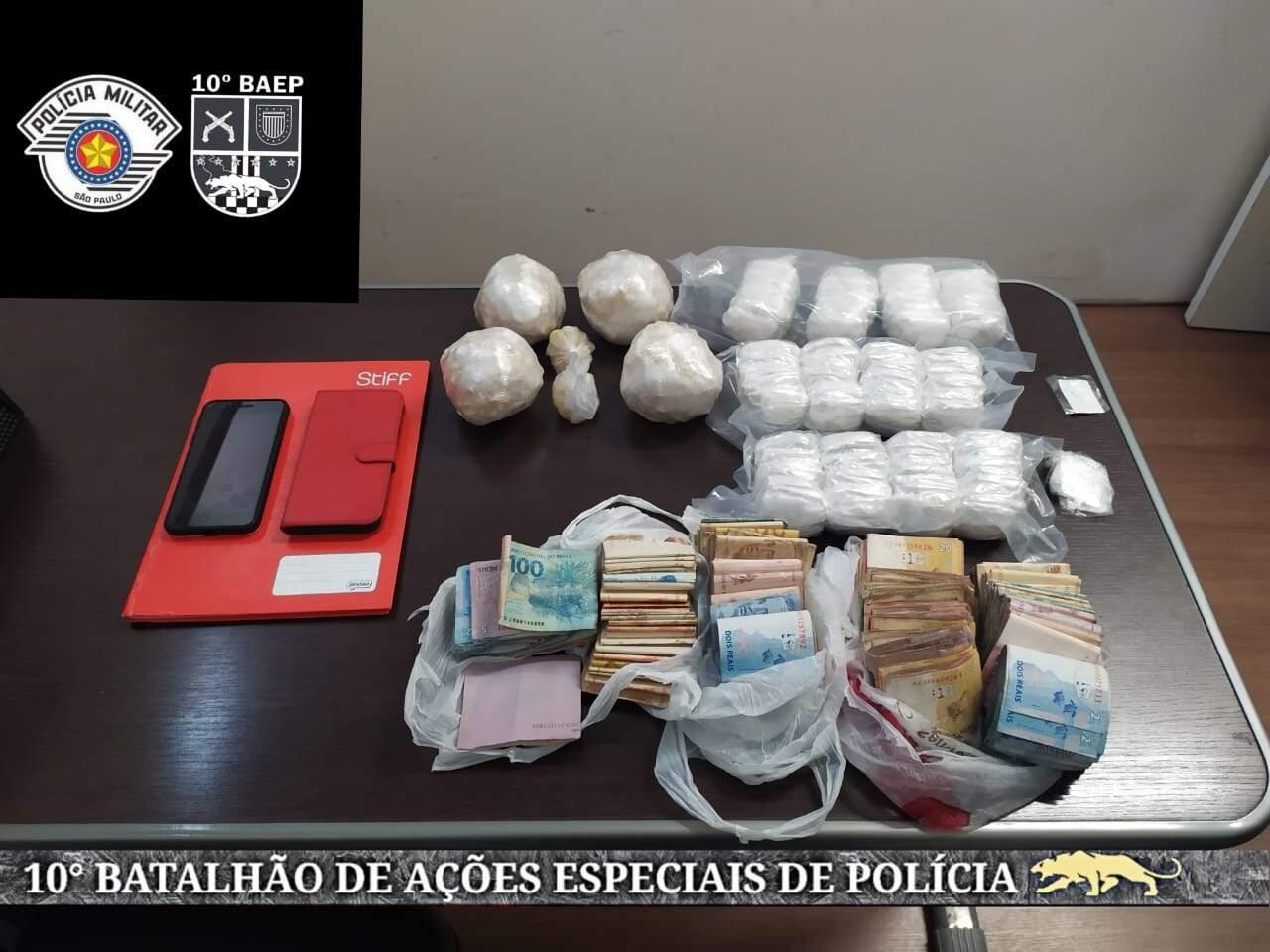 Casal responsável por 'biqueira' é detido com drogas e R$ 14 mil