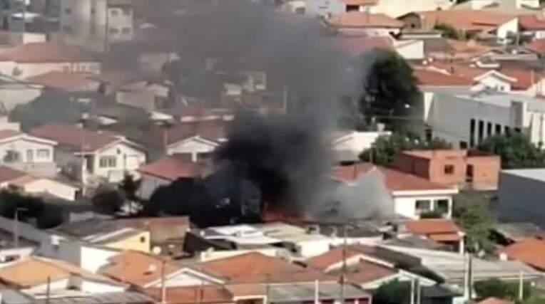 Tentativa de extermínio de abelhas acaba em incêndio em casa no São Manoel