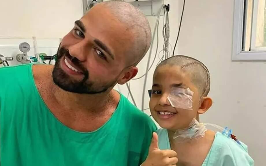 Médico deixa garoto raspar sua cabeça após cirurgia bem-sucedida