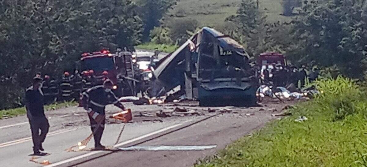 Acidente entre ônibus e caminhão deixa ao menos 41 mortos em rodovia no interior de SP