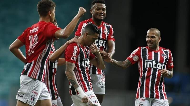 São Paulo vence o Bahia por 3 a 1 e segue na cola do líder Atlético-MG