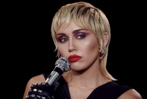 'Não posso dizer que estive sóbria', desabafa Miley Cyrus sobre pandemia de covid