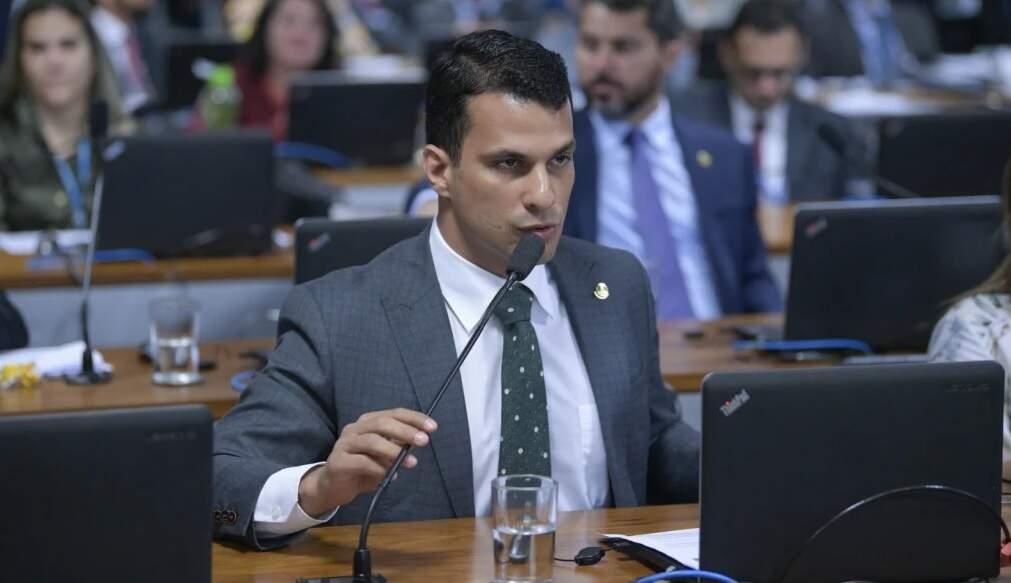 Câmeras registraram senador acusado de estupro chegando com modelo em flat de SP
