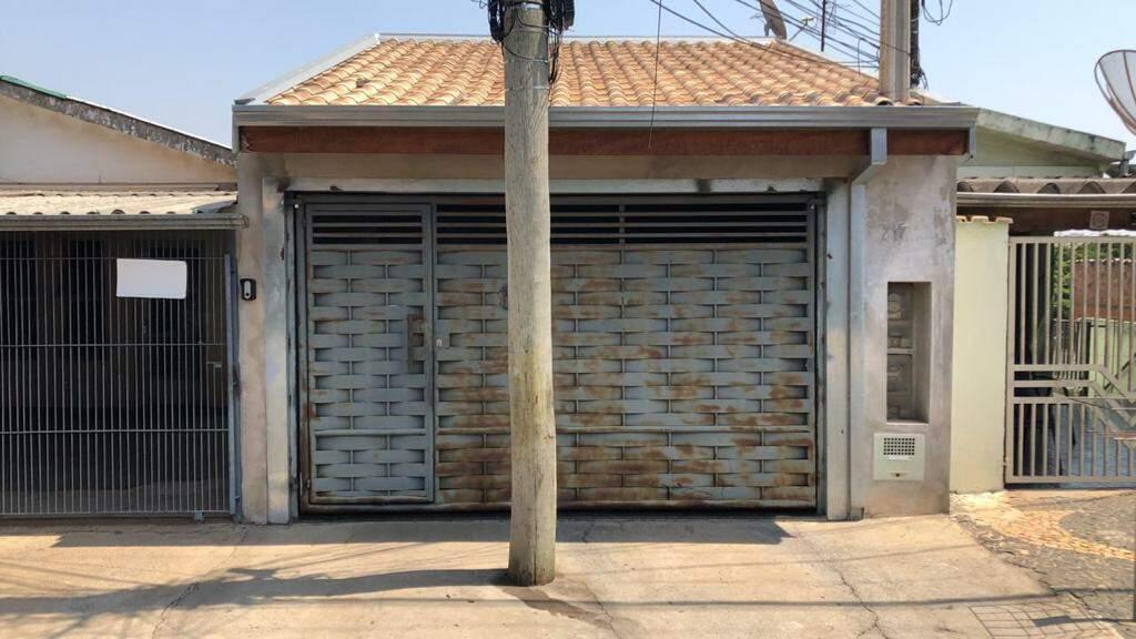 Morador apela por retirada de poste em frente a garagem de sua casa