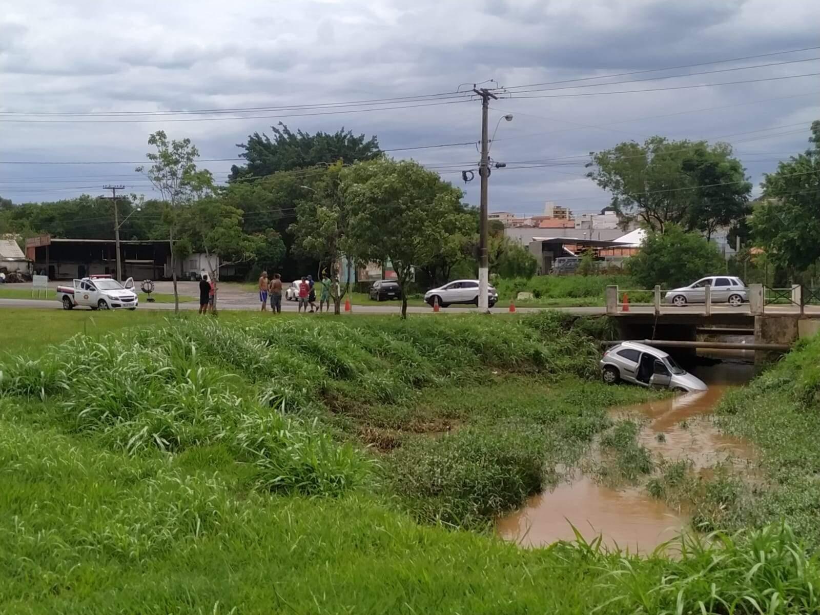 Chuva causa acidente e derruba 15 árvores em Santa Bárbara d'Oeste