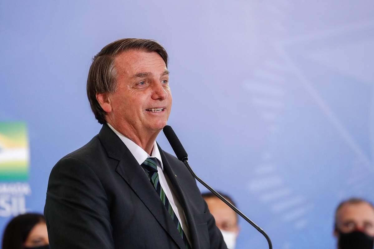 Bolsonaro diz que se vacina da AstraZeneca chegar hoje, amanhã segue para Estados