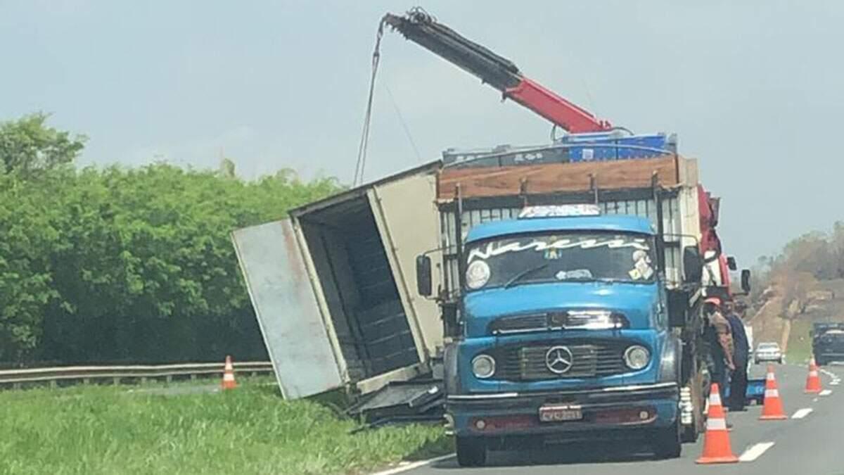 PMR interdita faixa na SP-304 para retirar caminhão