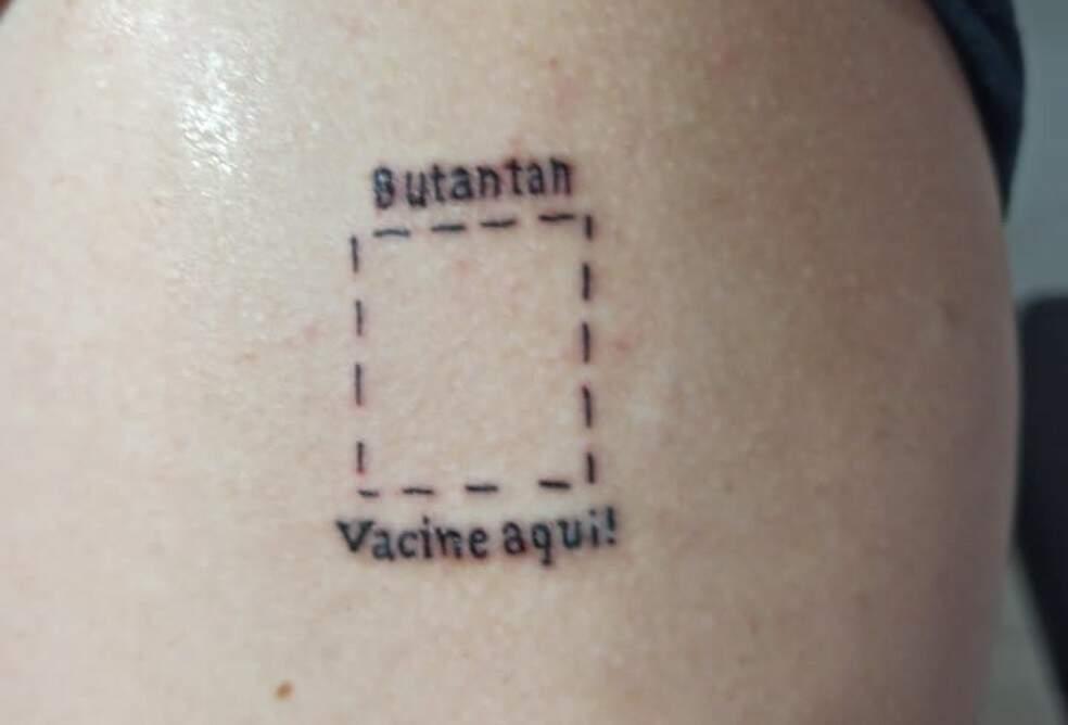 Estudante faz tatuagem para vacinação: 'Butantan, vacine aqui'