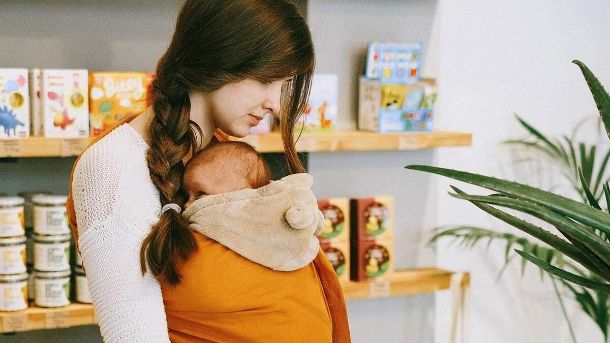 Como usar o sling para carregar o bebê com segurança