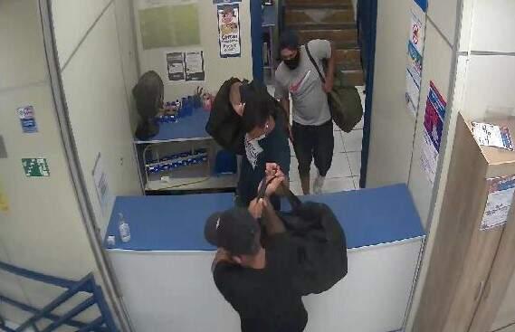 Ladrões roubam celulares na Casas Bahia, em Santa Bárbara