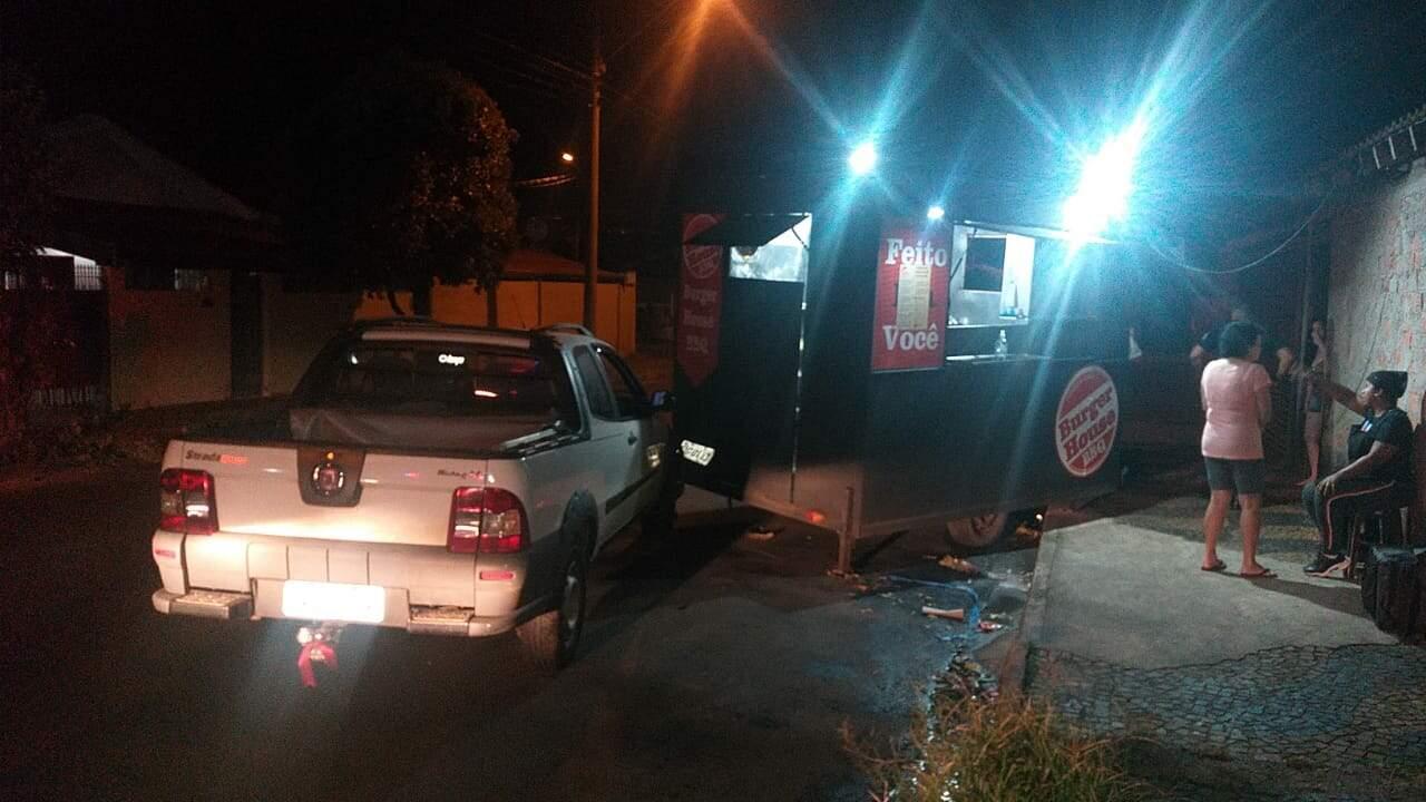 Homem embriagado bate em trailer de lanches e deixa feridos