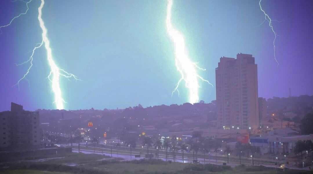 Tempestade de raios ilumina céu de Americana e Santa Bárbara na madrugada