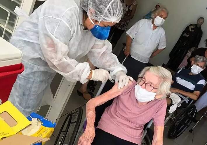 Idosos de casas de repouso e funcionários começam a ser vacinados em Americana