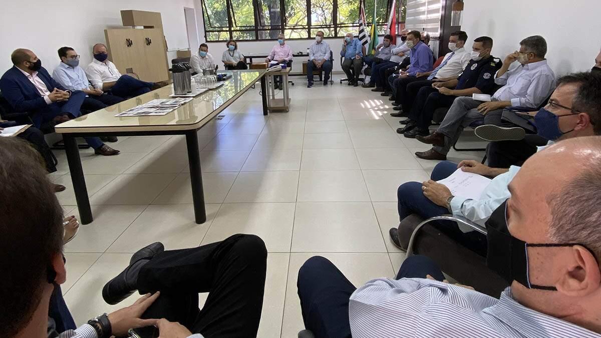 Primeiro dia de Chico como prefeito tem oração e reunião com secretariado