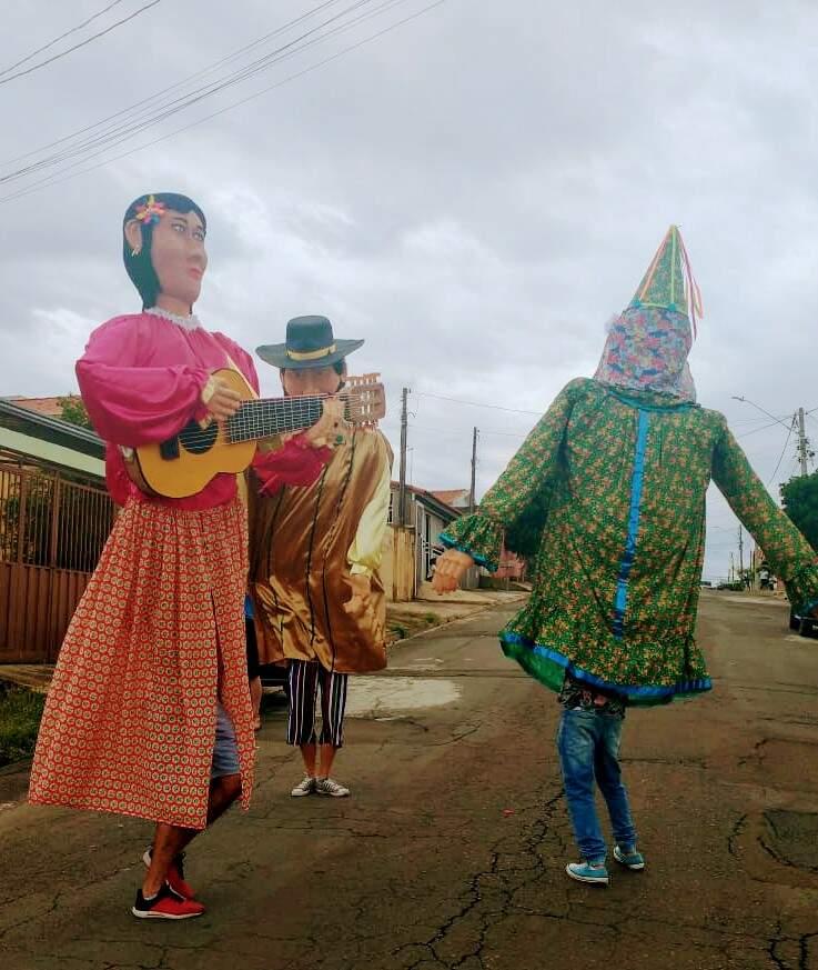 Projeto apresenta bonecos gigantes pelas ruas de Hortolândia