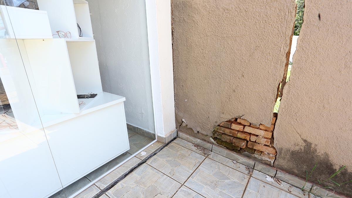 Rachaduras causadas por vazamento preocupam empresária no Jardim Girassol