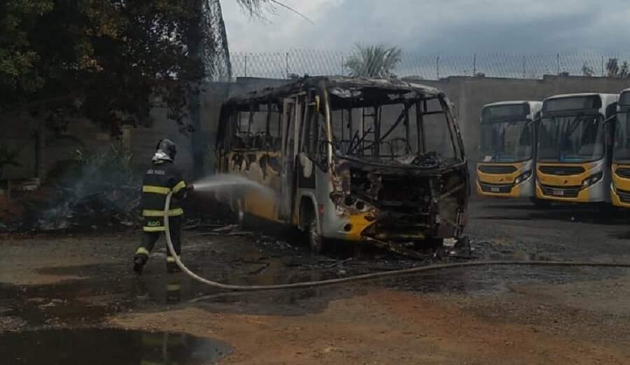 Ônibus da Sancetur pega fogo no pátio da empresa em Americana
