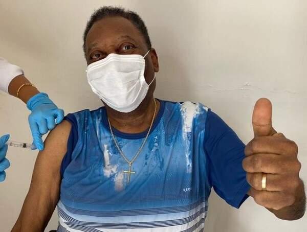 Pelé é vacinado contra a Covid-19 e comemora: 'Um dia inesquecível'